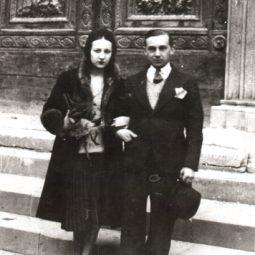 O casal Portinari diante de sua residência no condomínio Sul América, no Cosme Velho. Rio de Janeiro, 1937.