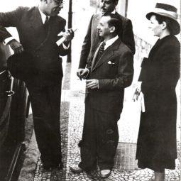 Grupo na calçada em frente a casa de Portinari, no Leme: Mario de Andrade, Oscar Simom, Portinari e Maria. Rio de Janeiro, 1941.