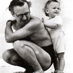 Portinari com seu filho João Candido, na praia do Leme. Rio de Janeiro, 1941.